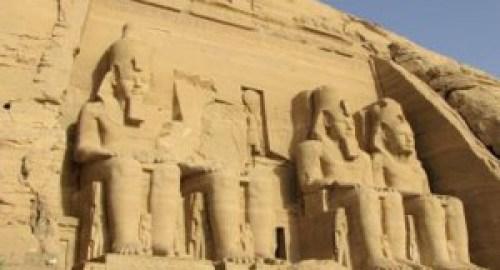 Otro ejemplo estatuas gigantes Egipcias de la Tierra.