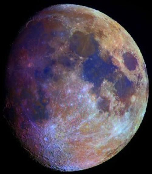 La Luna tiene color no es blanco y negro solo.