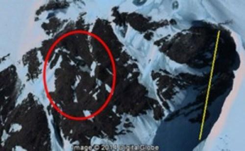 Cueva extraña localizada a través de Google Earth en la Antártida.