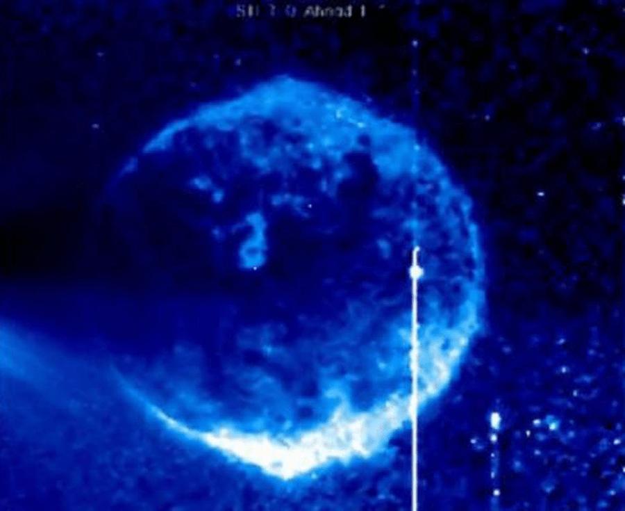 objeto en forma de planeta-nave nodriza.