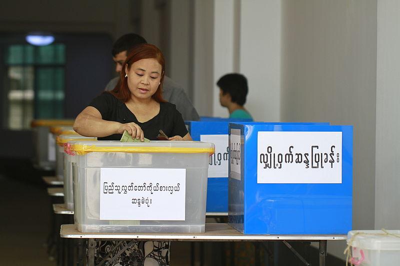 Una donna vota alle elezioni birmane vinte da Htin Kyaw