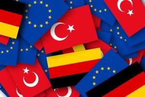 La bandiera della Turchia tra le bandiere dell'Unione Europea e della Germania