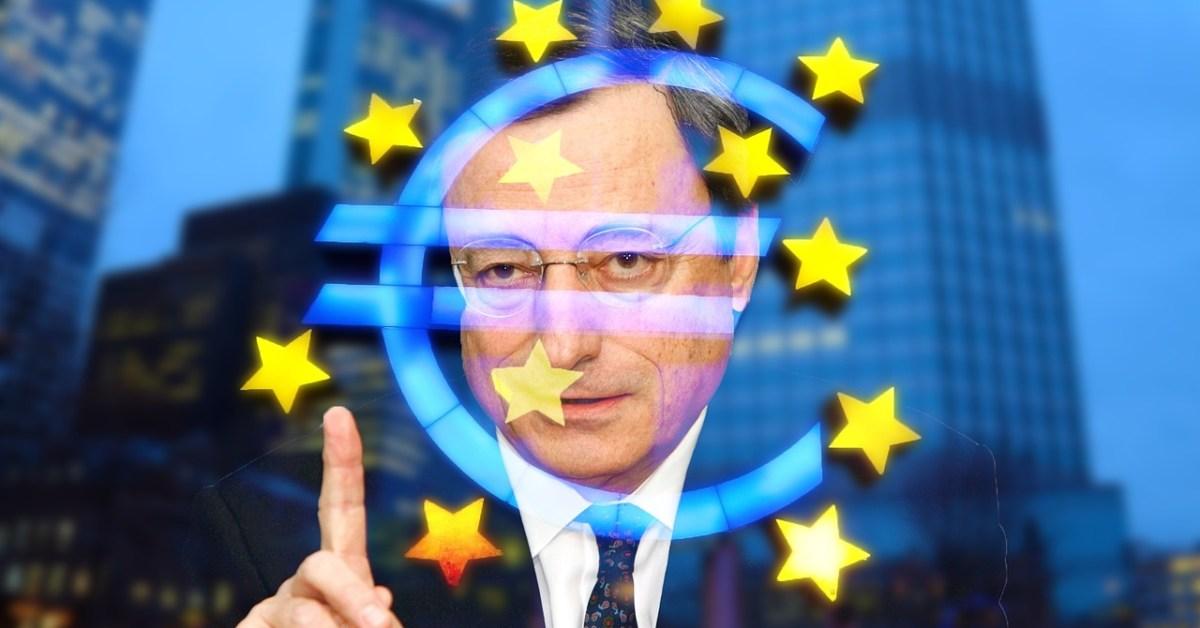 Mario Draghi all'esterno di un vetro con il simbolo dell'euro
