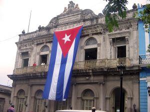 La bandiera di Cuba su un palazzo di plaza de la libertad della città di Matanzas
