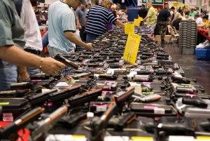 Una foto di una bancarella con armi e caricatori