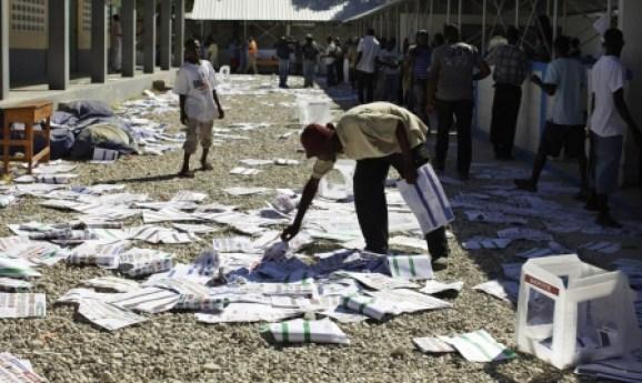 un-homme-ramasse-des-bulletins-de-vote-apres-que-des-electeur.jpg
