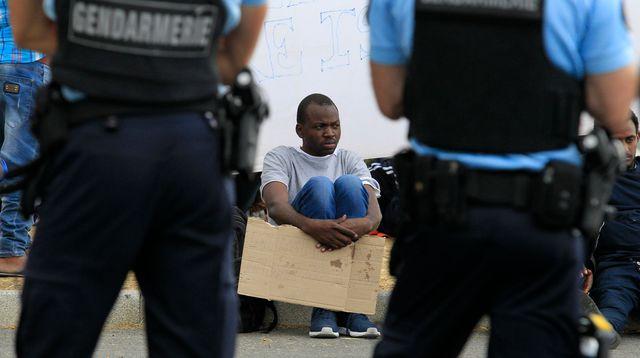 des-gendarmes-bloquent-l-acces-au-poste-frontiere-entre-vintimille-en-italie-et-menton-a-des-migrants-souhaitant-passer-en-france-le-12-juin-2015_5357375