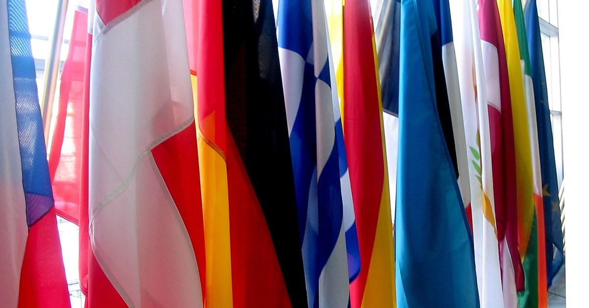 Bandiere dell'UE e di Paesi membri