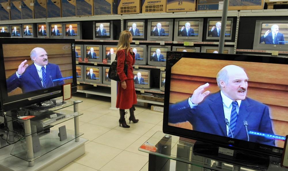 1518605530_lukashenko_v_televizore.jpg