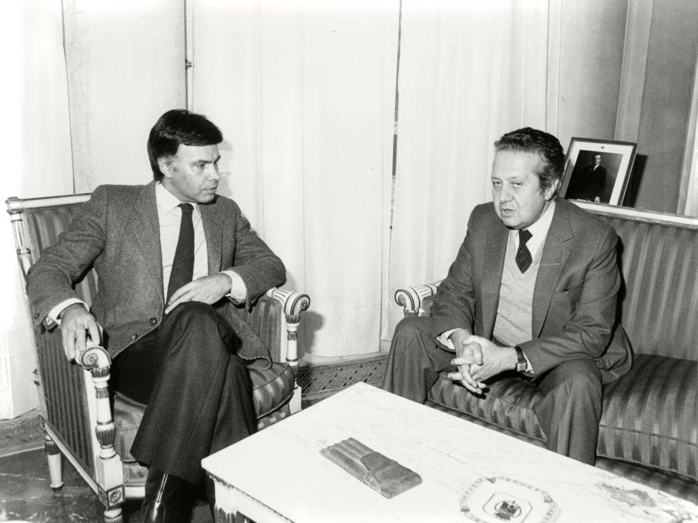 Felipe_González_recibe_al_secretario_general_del_Partido_Socialista_Portugués._Pool_Moncloa._18_de_febrero_de_1983.jpg
