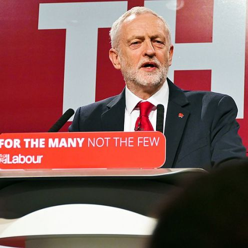 Jeremy Corbyn. Fonte: Wikimedia Commons (https://commons.wikimedia.org/wiki/File:Jeremy_Corbyn_speaking_at_the_Labour_Party_General_Election_Launch_2017.jpg)