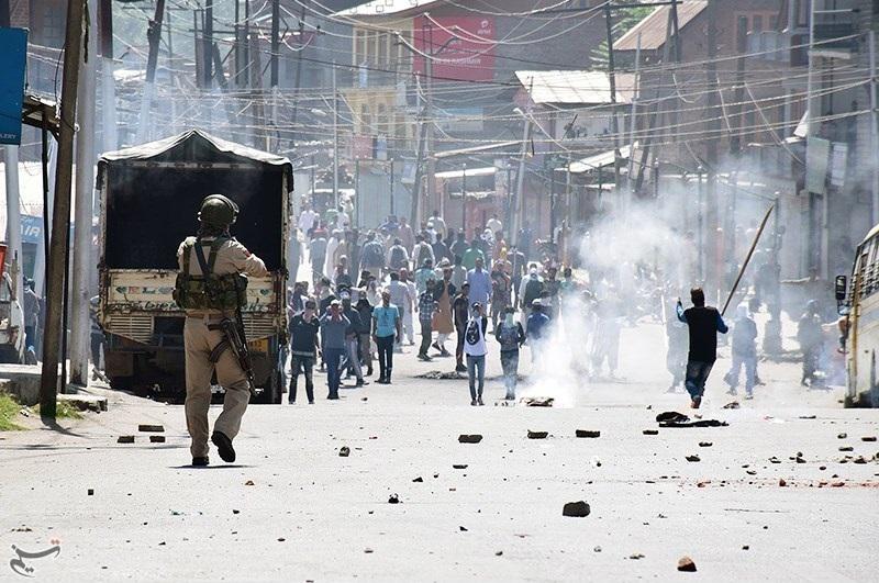 Police_in_Kashmir_confronting_violent_protestors_December_2018