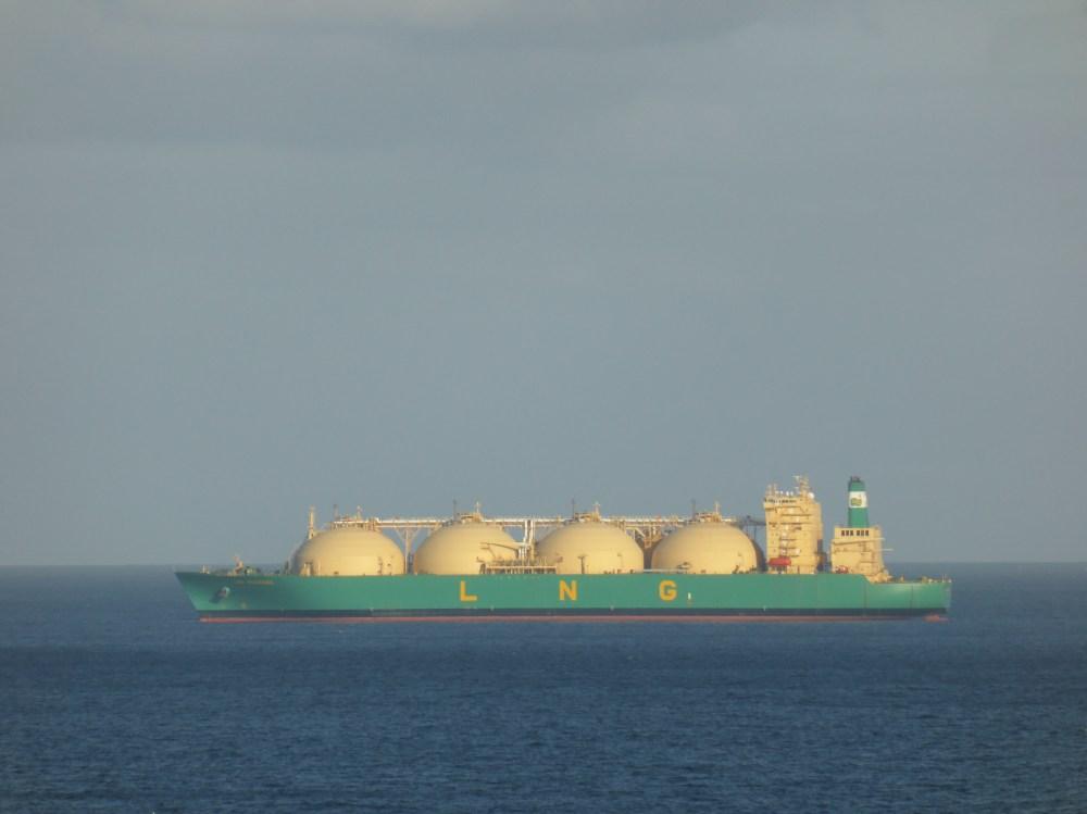 Una nave trasporta gas LNG