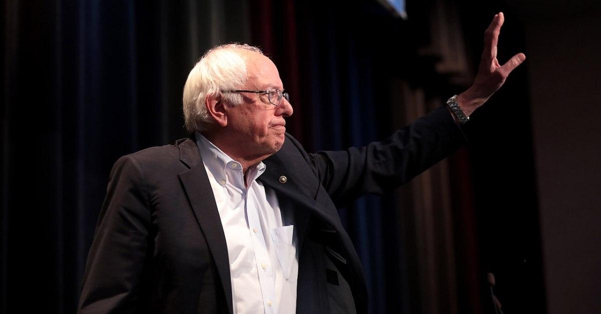 Bernie Sanders saluta il pubblico durante un comizio