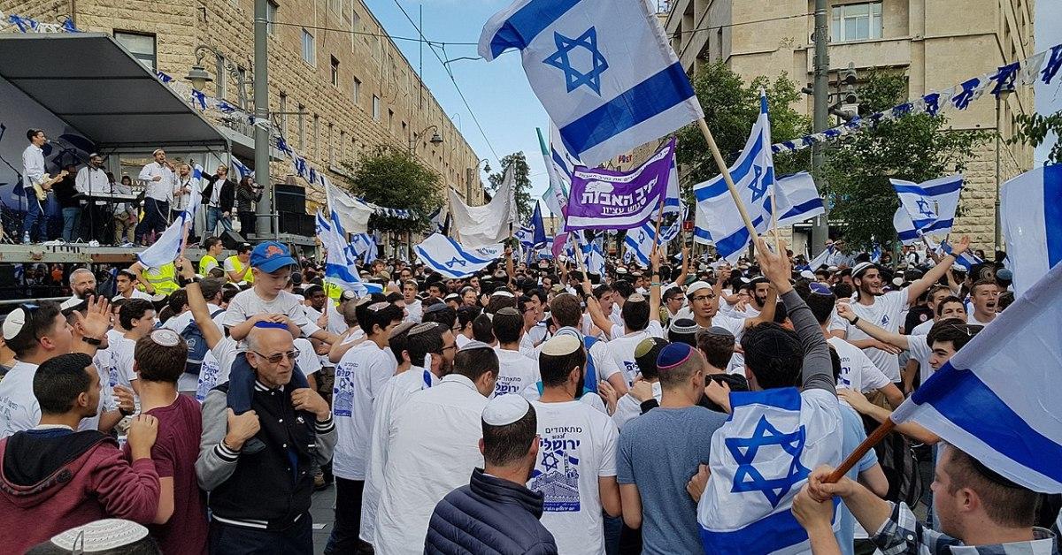 Una foto della Marcia delle Bandiere, annuale manifestazione degli israeliani, che si ritrovano nel Giorno di Israele per una processione, con in mano la bandiera di Israele