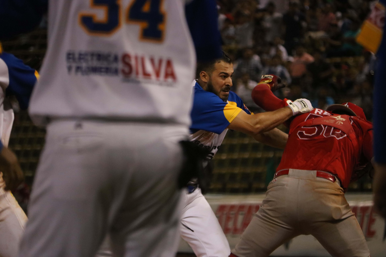 Olmecas de Tabasco, Diablos Rojos, LMB, Batalla campal, Estadio centenario, aficionados, tercer partido, receptor, bateador