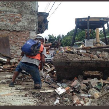 Santos, busca, joven, brigadista, sin un pie, Jojutla, Morelos, recoge, escombros, muletas