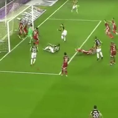 Turquía, Gol de FIFA, Videojuego, Fernerbahce, tiro de esquina, balón no entra, se pasea por el área
