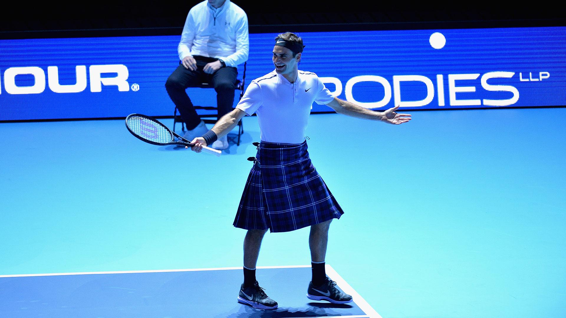 Roger Federer, juega, con falda escocesa puesta, partido a beneficio, disputa puntos, fan le da falda, contra, Andy Murray
