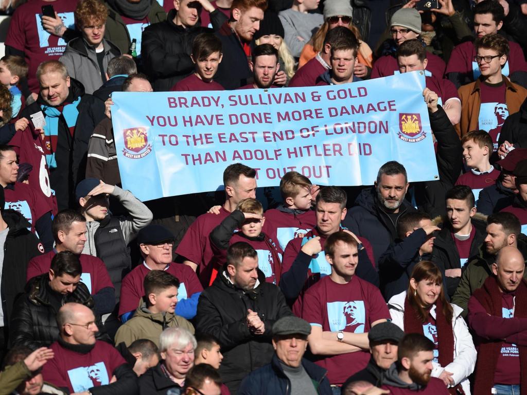 West Ham Chicharito Hitler Pancarta Protesta Premier League