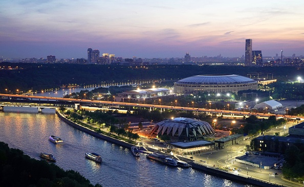 El estadio Luzhnikí está situado en el centro del Complejo Olímpico de Moscú, uno de los más grandes del mundo. El recinto,remodelado para la Copa del Mundo,cuenta con más de 80 mil asientos, y será la sede principal y el núcleo futbolístico de la Copa Mundial de la FIFA Rusia 2018. El Complejo Olímpico de Luzhnikí se extiende junto a la orilla del río Moscova, y está ubicado frente al parqueVorobyovy Gory.Allí se encuentra también la Universidad Estatal de Moscú.