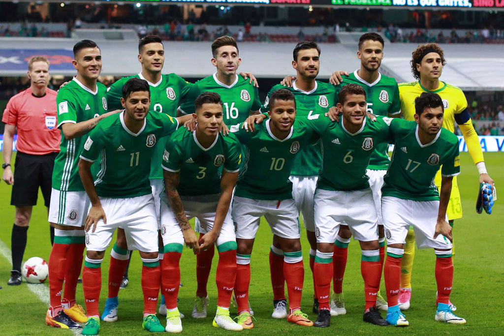 MEXICO CITY, MEXICO - JUNE 08: Players of Mexico pose for a team photo prior to the match between Mexico and Honduras as part of the FIFA 2018 World Cup Qualifiers at Azteca Stadium on June 08, 2017 in Mexico City, Mexico.