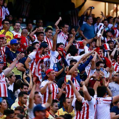 Personal del Estadio Azteca golpea a aficionado de Chivas [Fotos]
