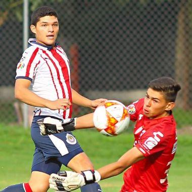 Jugador de Chivas asegura ser mejor que Chicharito