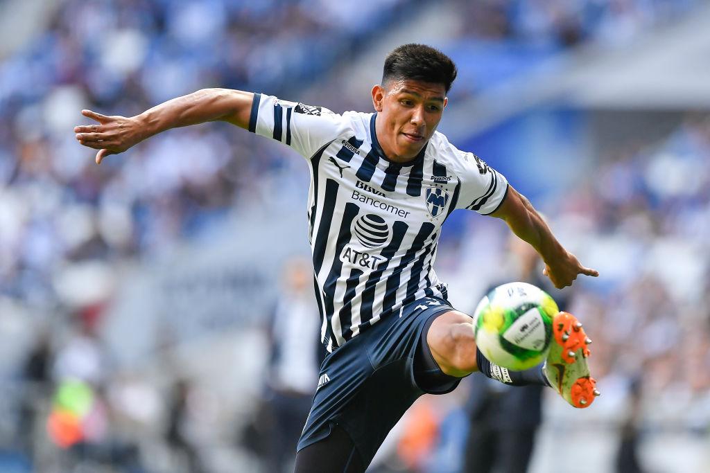 05/01/2019. Jesús Gallardo Aké Loba Broma Discriminación Los Pleyers, Gallardo trata de dominar un balón.