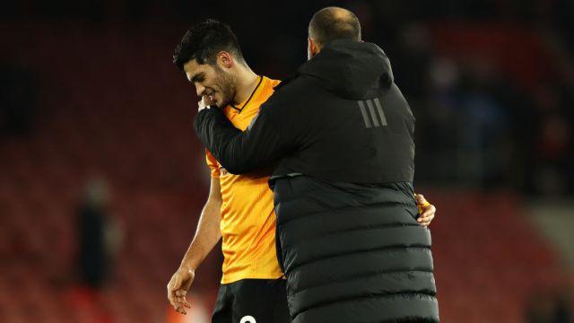 18/01/2020. Raúl Jiménez Wolves Arsenal Refuerzo Los Pleyers, Jiménez abraza a su técnico.