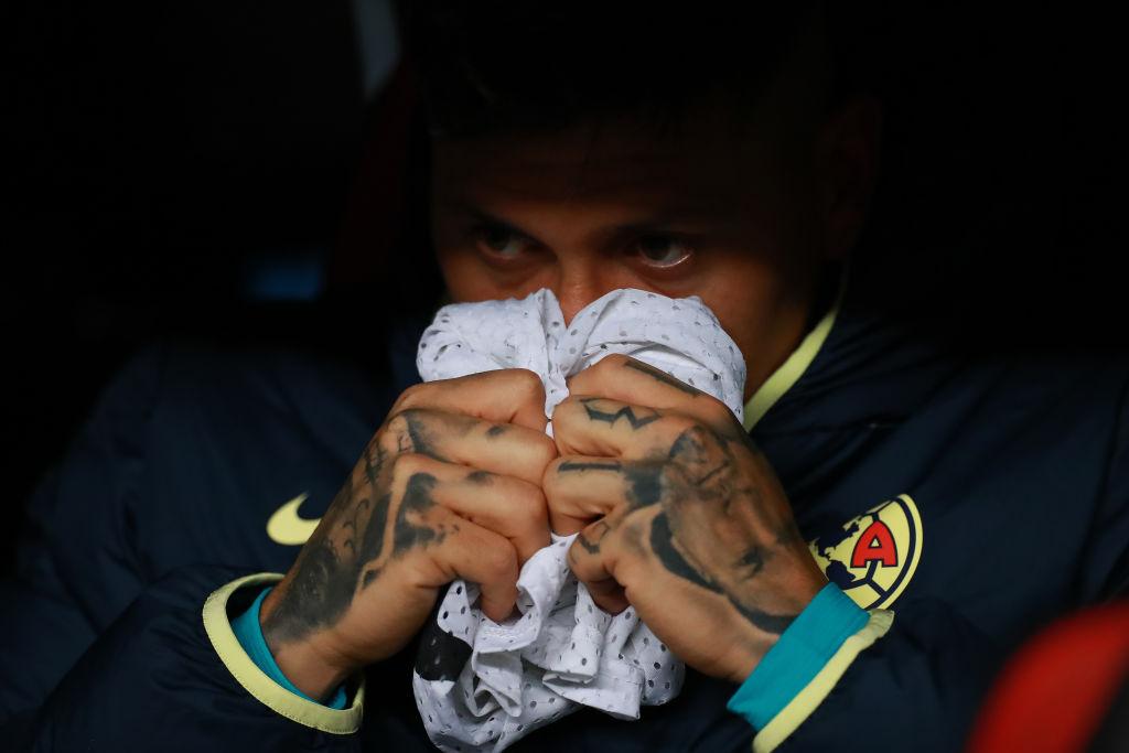 18/01/2020. Nico Castillo América Retiro Trombosis Los Pleyers, Nico Castillo observa con preocupación desde una banca del Estadio Azteca.
