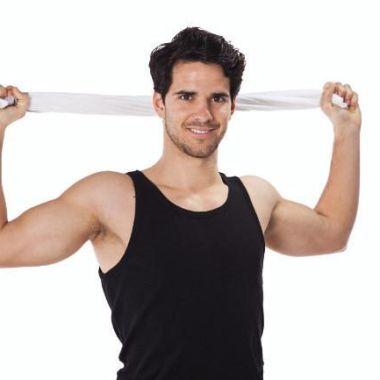 28/03/2020. Cardio Ejercicios Casa Objetos Los Pleyers. Hombre con una toalla atrás.