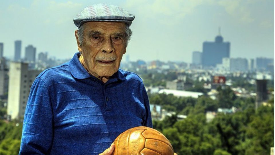 25/03/2020. Nacho Trelles Futbol Mexicano Reacciones Muerte Los Pleyers, Don Nacho Trelles con un balón.