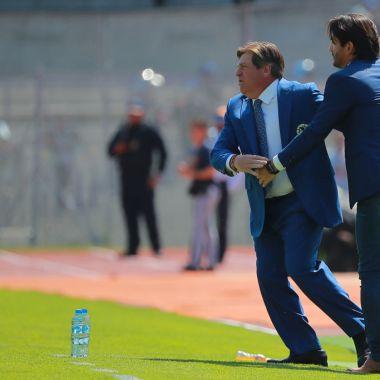 17/02/2019. Bruno Marioni América Chivas Entrenador Los Pleyers, Marioni y Miguel en un saludo.