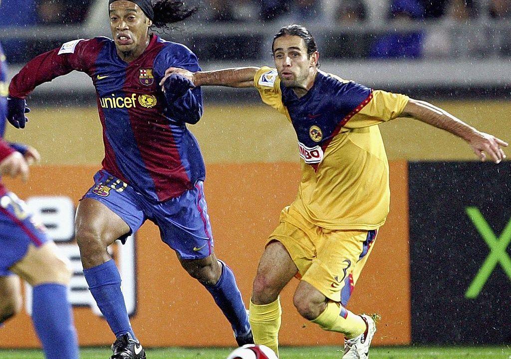 14/12/2006. José Antonio Castro Cruz Azul Liga MX Crítica Los Pleyers, El Gringo Castro marcando a Ronaldinho en el Mundial de Clubes de 2006.