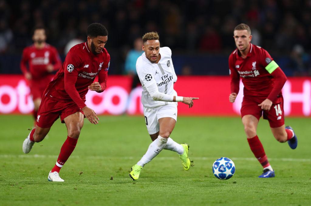 28/11/2019. Ligue 1 Francia Coronavirus Cancelación Los Pleyers, Neymar disputa el balón contra dos jugadores del Liverpool.