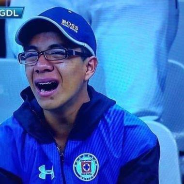 22/05/2020. Cruz Azul Liga MX Memes Cancelación Los Pleyers, Aficionado de Cruz Azul llorando.