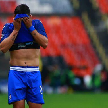 15/03/2020. Liga MX Clausura 2020 Femenil Cancelada Los Pleyers, Jugador de Cruz Azul se tapa la cara.