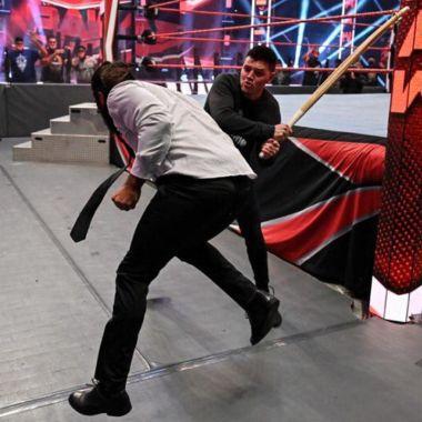 Hijo de Rey Mysterio golpea con un palo a Seth Rollins [VIDEO]