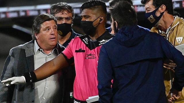 Miguel Herrera casi comienza una pelea en el Pumas vs América 08/07/2020