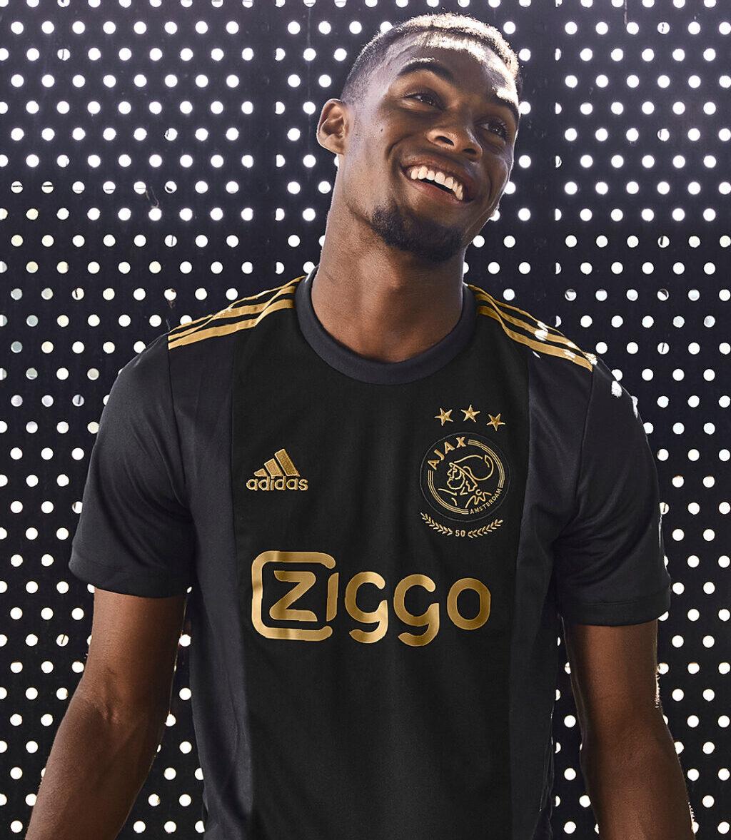 Edson Álvarez debuta como modelo en Europa y presume el nuevo uniforme del Ajax