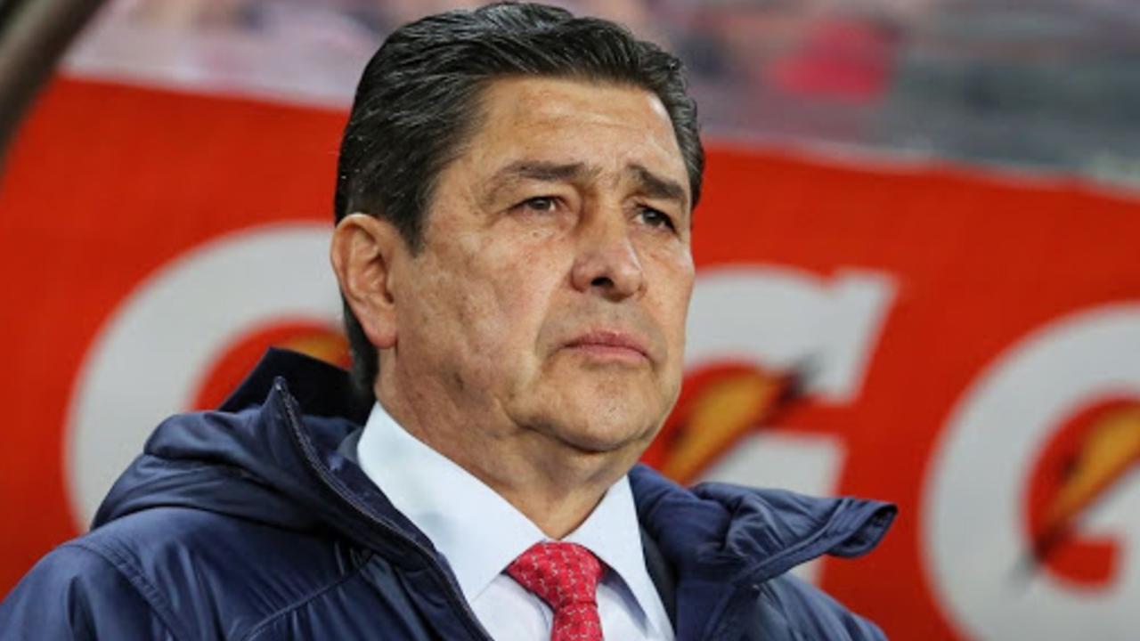 Jugadores de Chivas intentaron salvar a Luis Fernando Tena pero Ricardo Peláez les dijo que la decisión ya estaba tomada
