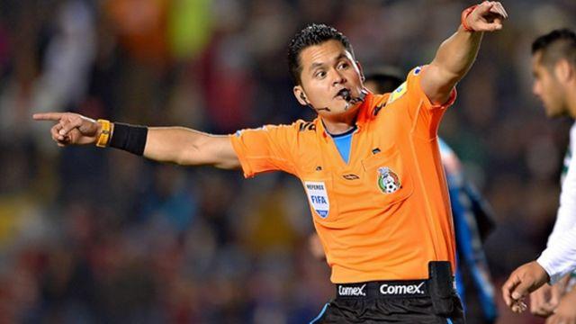 Árbitro Pérez Guzmán golpea a Mario Osuna durante el partido entre Nexaca y Mazatlán