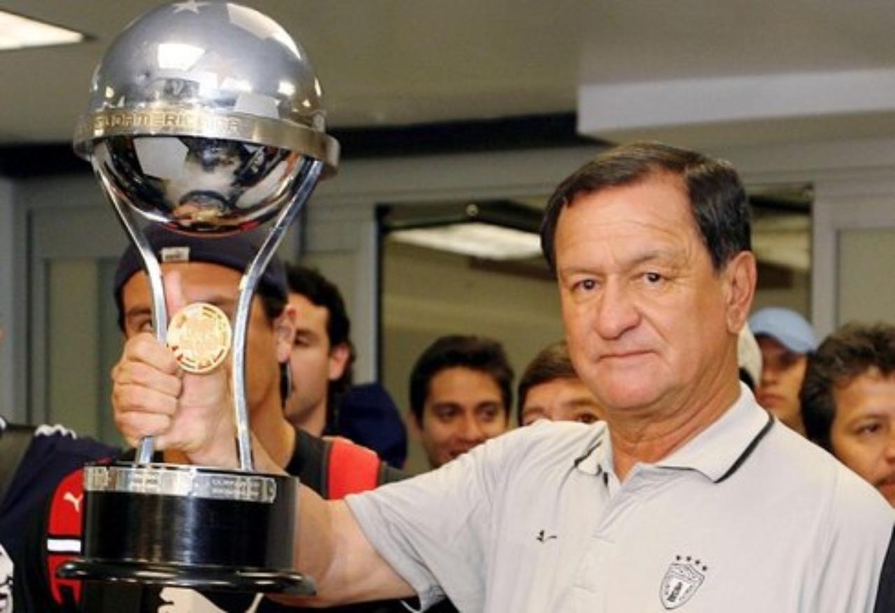 Enrique Meza con el trofeo de la Sudamericana