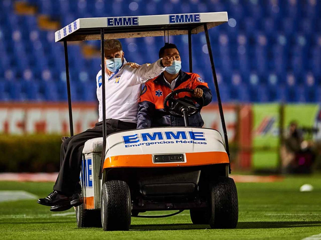 Ricardo Ferreti lesionado usando muletas
