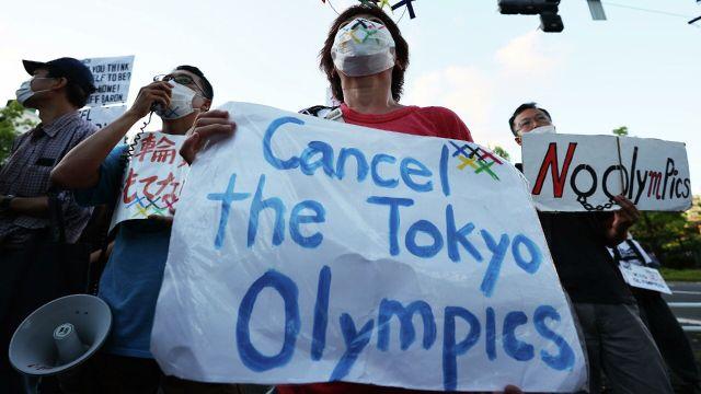 Personas protestan en contra de Tokyo 2020 a las afueras de la inauguración
