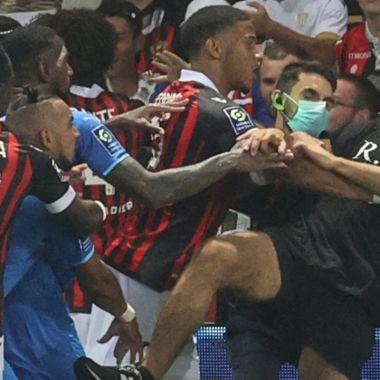 Aficionados del Niza invadieron la cancha para agredir a los jugadores del Olympique de Marsella