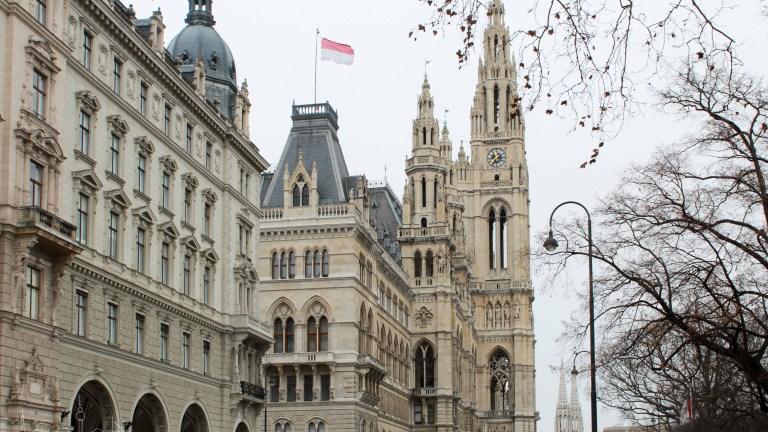 Viena Día 3 | Una Iglesia Votiva, un pequeño palacio, el Deewan, mucho mueble, las Hundertwasser y el Prater fantasma.