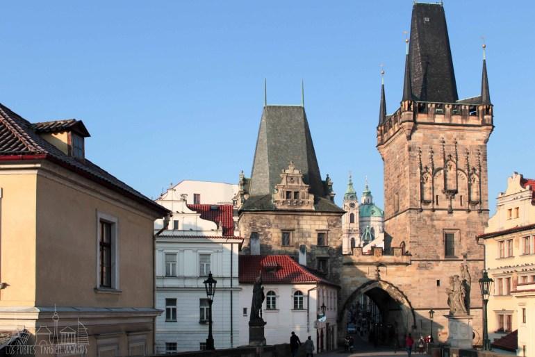 Torres de Praga al final del Puente de Carlos