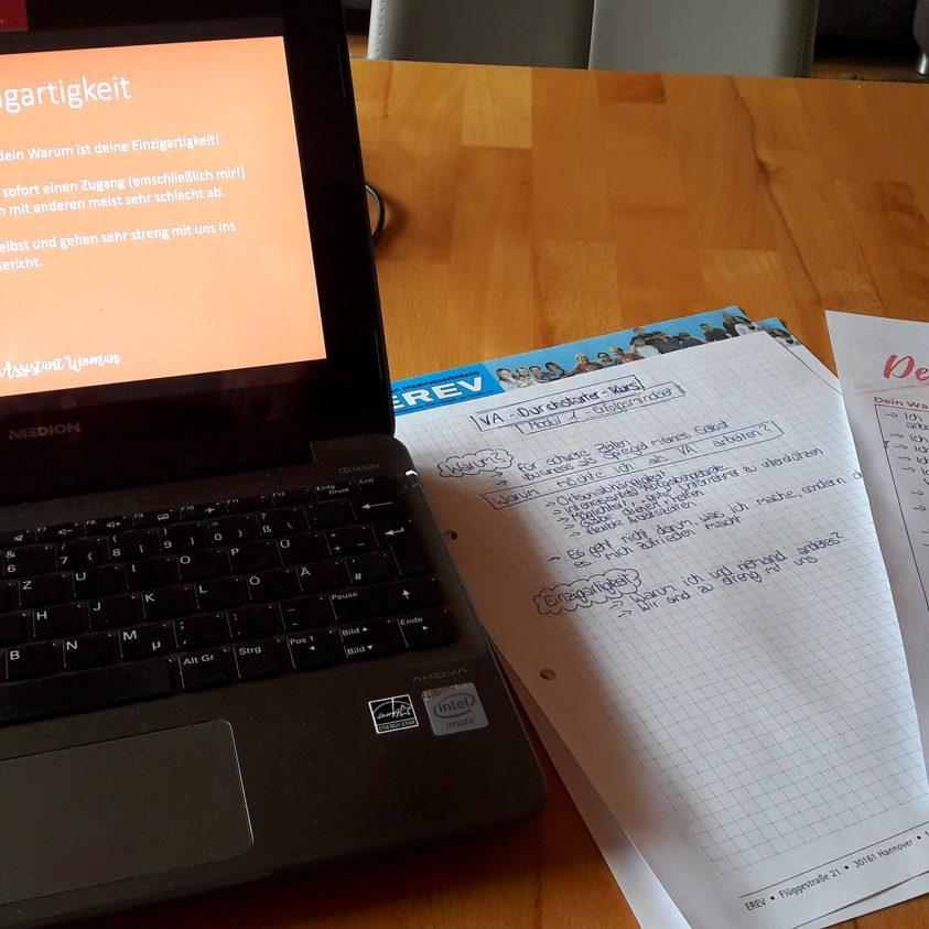 Mein Laptop mit dem VA-Kurs, daneben meine Notizen und ein Arbeitsblatt